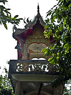 Asienreisender - Loudspeakers at a Temple Tower