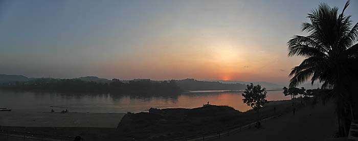 Sunrise over the Mekong River in Chiang Khong by Asienreisender