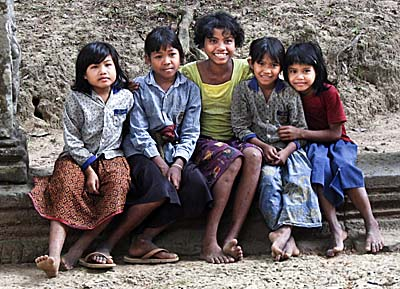 Cambodian Kids at Angkor by Asienreisender
