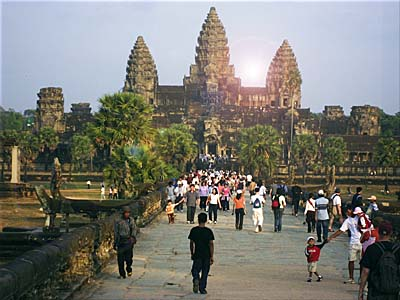 Tourists at Angkor Wat by Asienreisender