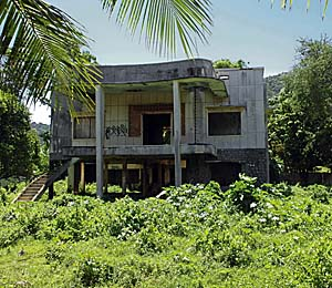 Abandoned French Villa in Kep by Asienreisender