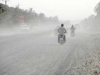 Dust Pollution on National Road 33 in Cambodia by Asienreisender