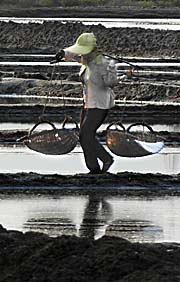 Salt Worker in Kampot by Asienreisender