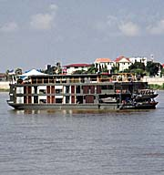 'A Cruiser on the Tonle Sap River' by Asienreisender
