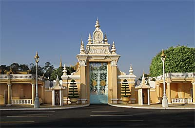 'Entrance Gate to the Royal Palace in Phnom Penh' by Asienreisender