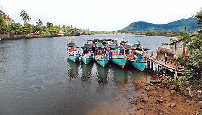 'Fishing Boats on the Teuk Chhou River in Kampot' by Asienreisender
