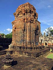 'One of the Central Prangs of Prasat Muang Tam' by Asienreisender