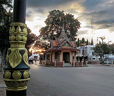 'Kanchanaburi's City Pillar Shrine' by Asienreisender