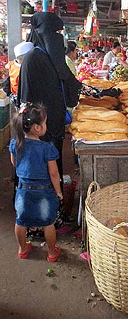 'Women in Burqas on Kampot's Fresh Market' by Asienreisender