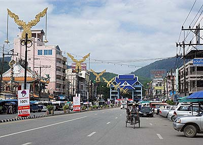 'The Northern End of Phahonyothin Road in Mae Sai at the Border Bridge to Tachileik in Burma/Myanmar' by Asienreisender